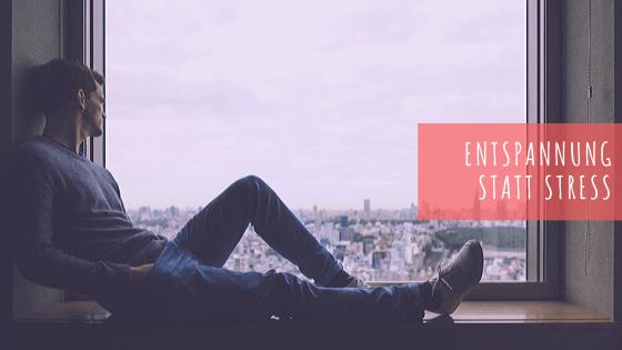 Beitragsbild Frag Pam - Entspannung statt Stress - Mann sitzt auf der Fensterbank